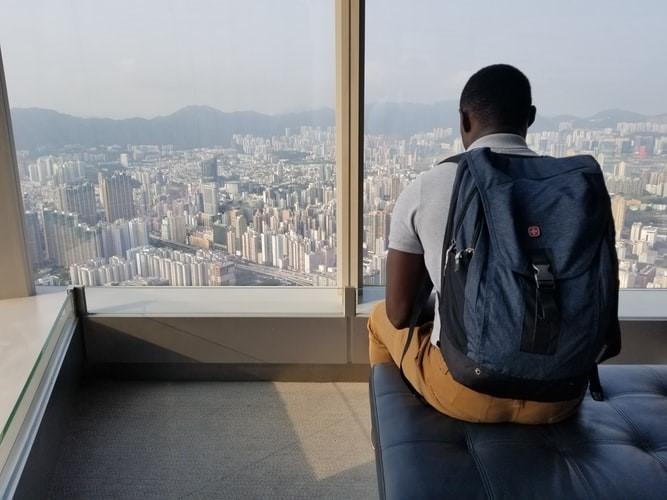 enfant regardant depuis un immeuble