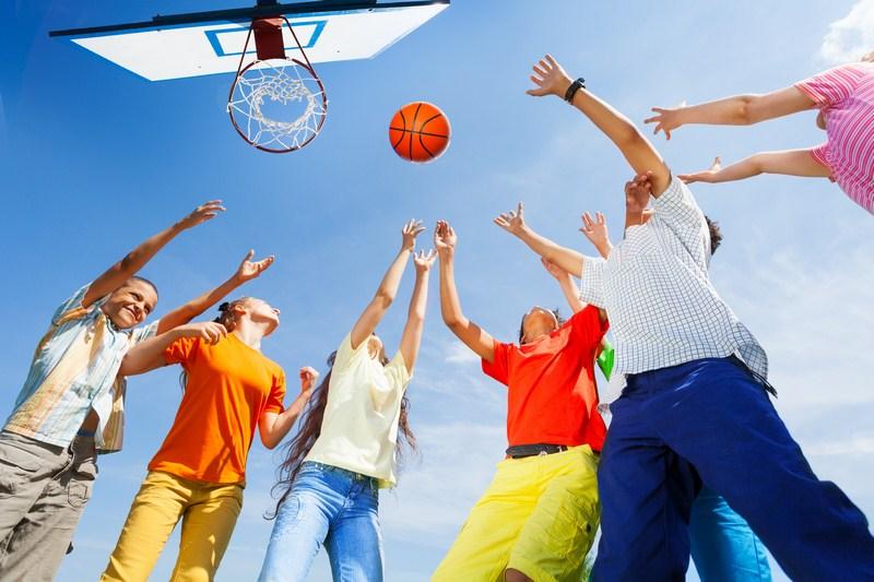 Jeune jouant au basket ball